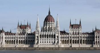 Parlament_with_bus_on_Danube_kisebb_kivágás