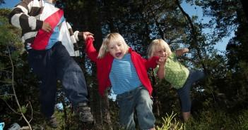 gyerekek az erdőn