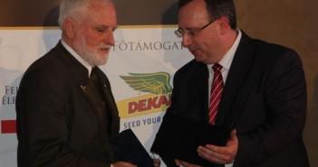 Répászky Miklós átveszi díját