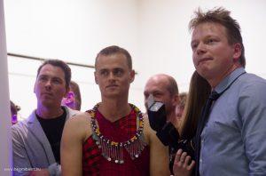 Máté Bence (középen, maszáj népviseletben) és Potyó Imre (jobbra) várják a fődíj bejelentését. Bajomi Bálint www.bajomibalint.hu