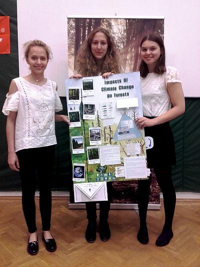 Pongrácz Flóra Adél, Váradi Eszter Anna, Szolnoki Anna (b-j) és a 2016-os nyertes poszter (Fotó: Comenius Angol-Magyar Két Tanítási Nyelvű Iskola)